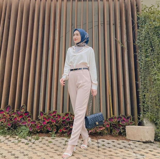 Kemeja putih dan celana high waist