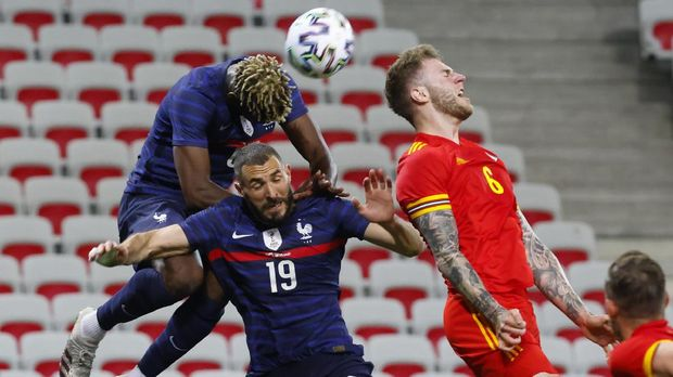 Soccer Football - International Friendly - France v Wales - Allianz Riviera, Nice, France - June 2, 2021  France's Karim Benzema and Paul Pogba in action with Wales' Joe Rodon REUTERS/Eric Gaillard