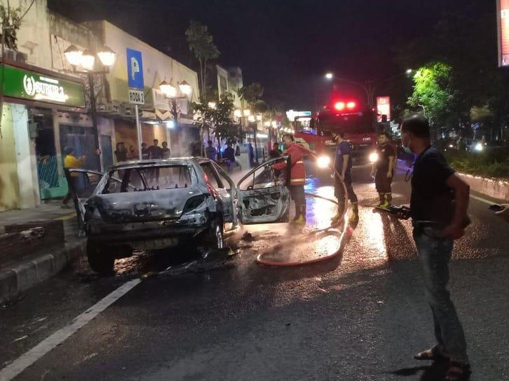 Sebuah Mobil di Nganjuk Ludes Terbakar Diduga Korsleting, 4 Orang Selamat