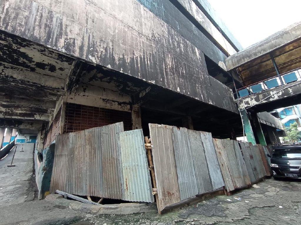 Sedang Diperbaiki, Pasar Minggu yang Terbakar Ditutup Pagar Seng