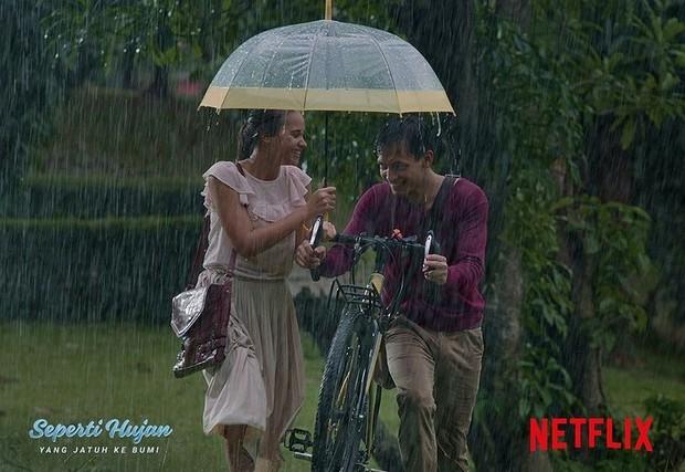 Potongan adegan Aurora Ribero dan Jefri Nichol dalam film Seperti Hujan yang Jatuh ke Bumi.