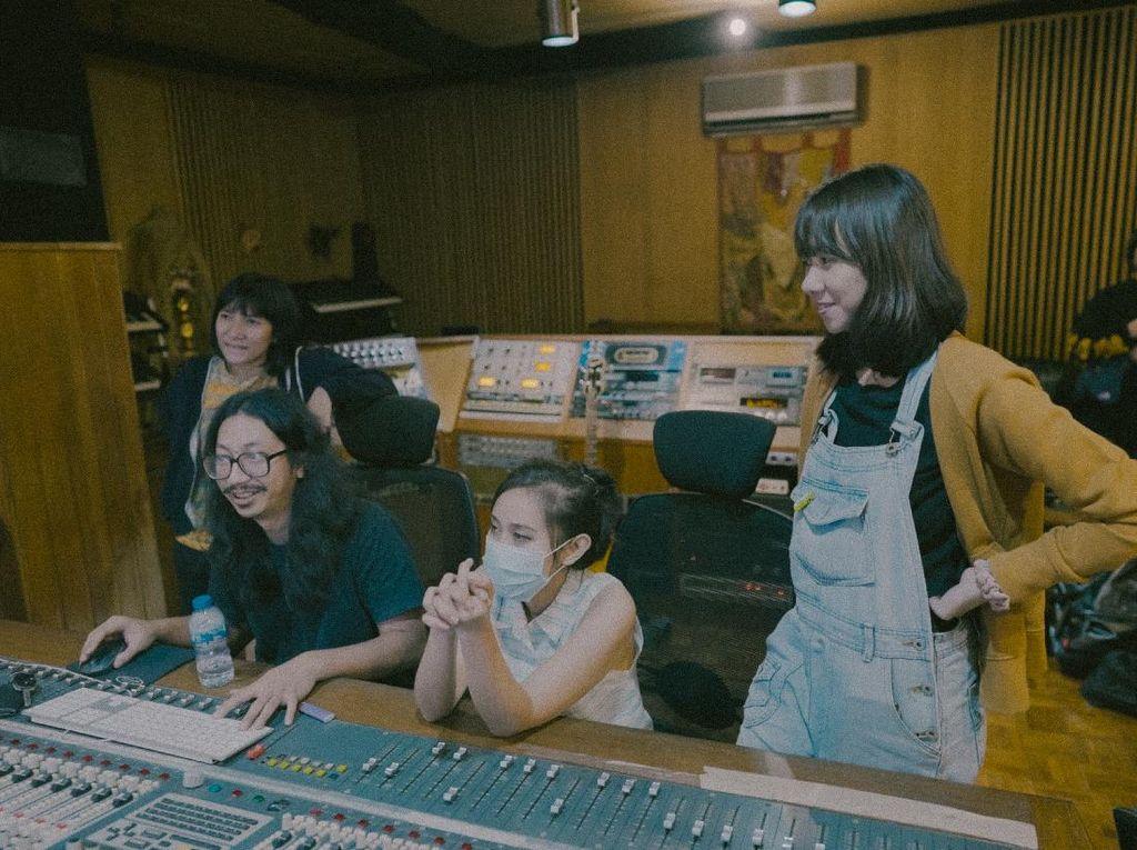 Diskoria, FLEUR! & Tara Basro Garap Lagu di Studio Legendaris Ini