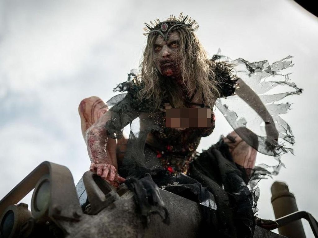 Wajah Cantik di Balik Ratu Zombie Seram di Film Army of the Dead