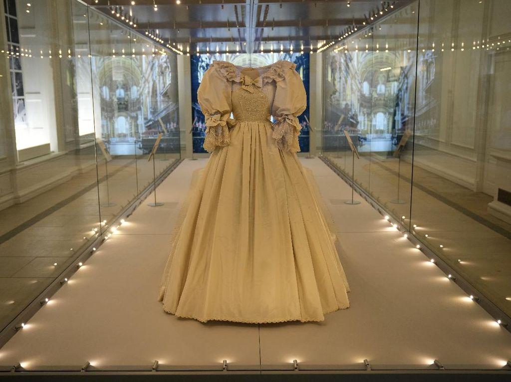 Kini Gaun Pengantin Putri Diana Dipajang di Kensington