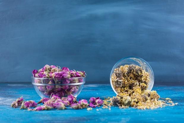 Berbeda dengan teh biasa yang hanya mengandung daun dari tanaman penghasilnya, teh herbal mengandung bagian tanaman lain seperti bunga.