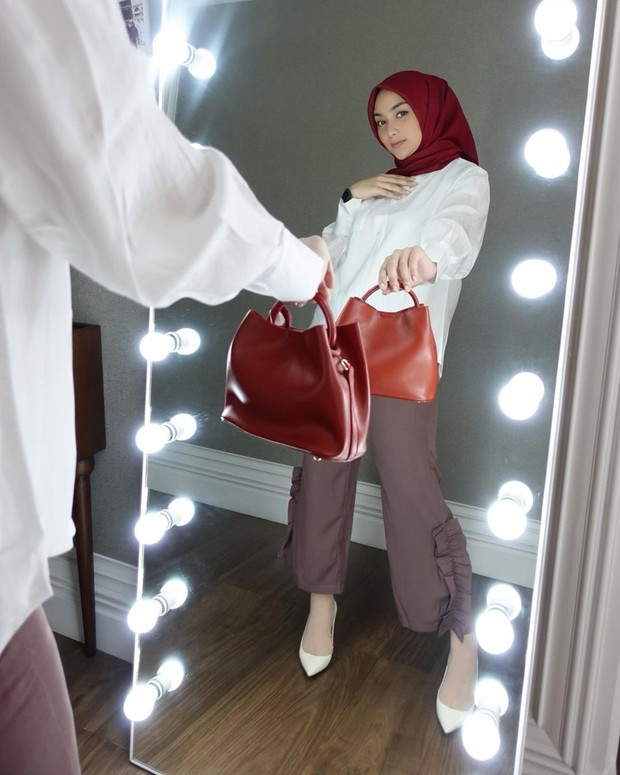 Citra Kirana sedang bergaya di depan cermin/instagram.com/citraciki