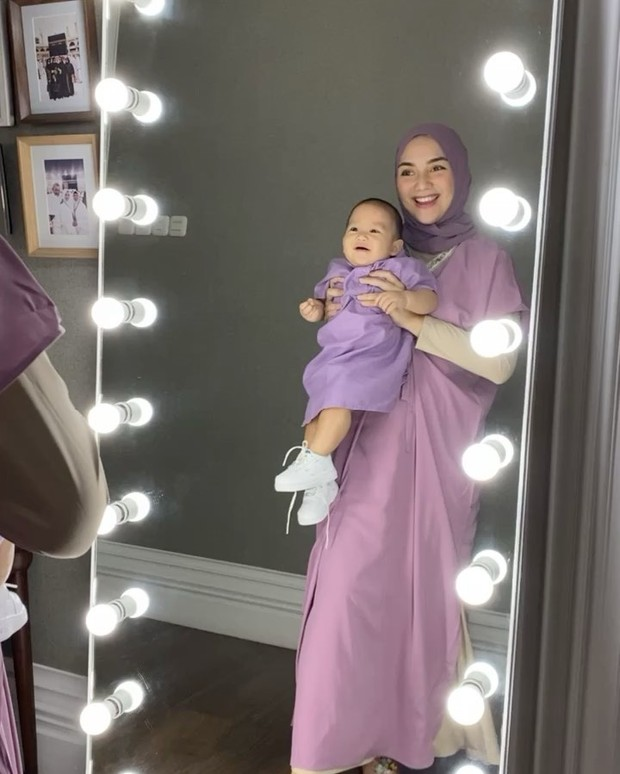 Citra Kirana sedang bercermin bersama baby atharr/instagram.com/citraciki