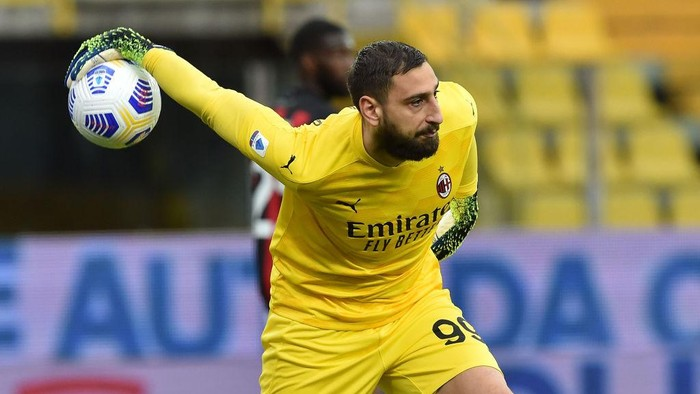 PARMA, ITALY - APRIL 10: Gianluigi Donnarumma of AC Milan in action during the Serie A match between Parma Calcio  and AC Milan at Stadio Ennio Tardini on April 10, 2021 in Parma, Italy. Sporting stadiums around Italy remain under strict restrictions due to the Coronavirus Pandemic as Government social distancing laws prohibit fans inside venues resulting in games being played behind closed doors.  (Photo by Giuseppe Bellini/Getty Images)