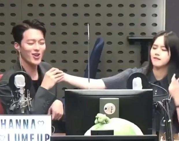 Hyeri dan Jang Ki Yong saat tampil di KBS Cool FM (foto: allkpop)