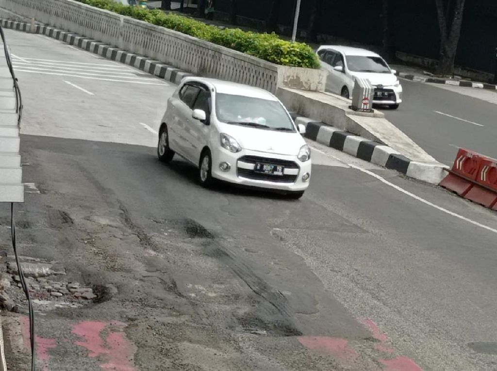 Pemprov DKI Segera Perbaiki Aspal di Busway Halte Kuningan Timur