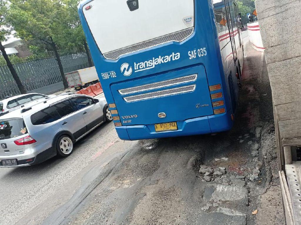 Aspal Busway Halte Kuningan Timur Arah Monas Rusak Berlubang