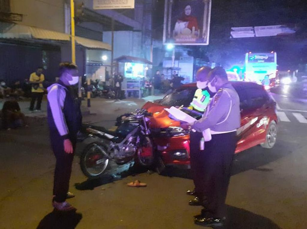 Adu Banteng Motor vs Mobil di Tulungagung, Satu Orang Tewas