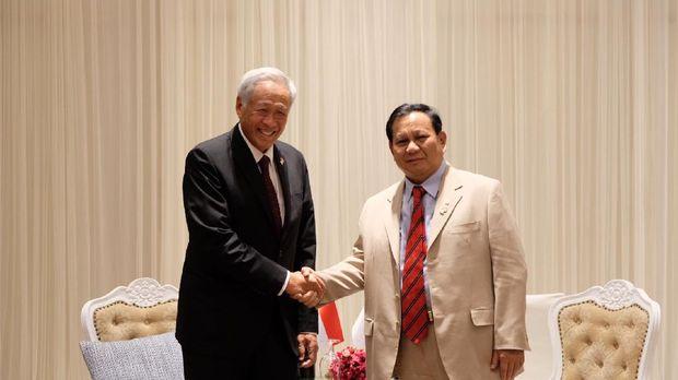 Menteri Pertahanan Dr Ng Eng Hen berbicara dengan Menteri Pertahanan Indonesia Prabowo Subianto. (Ist/Mindef Sngapore)