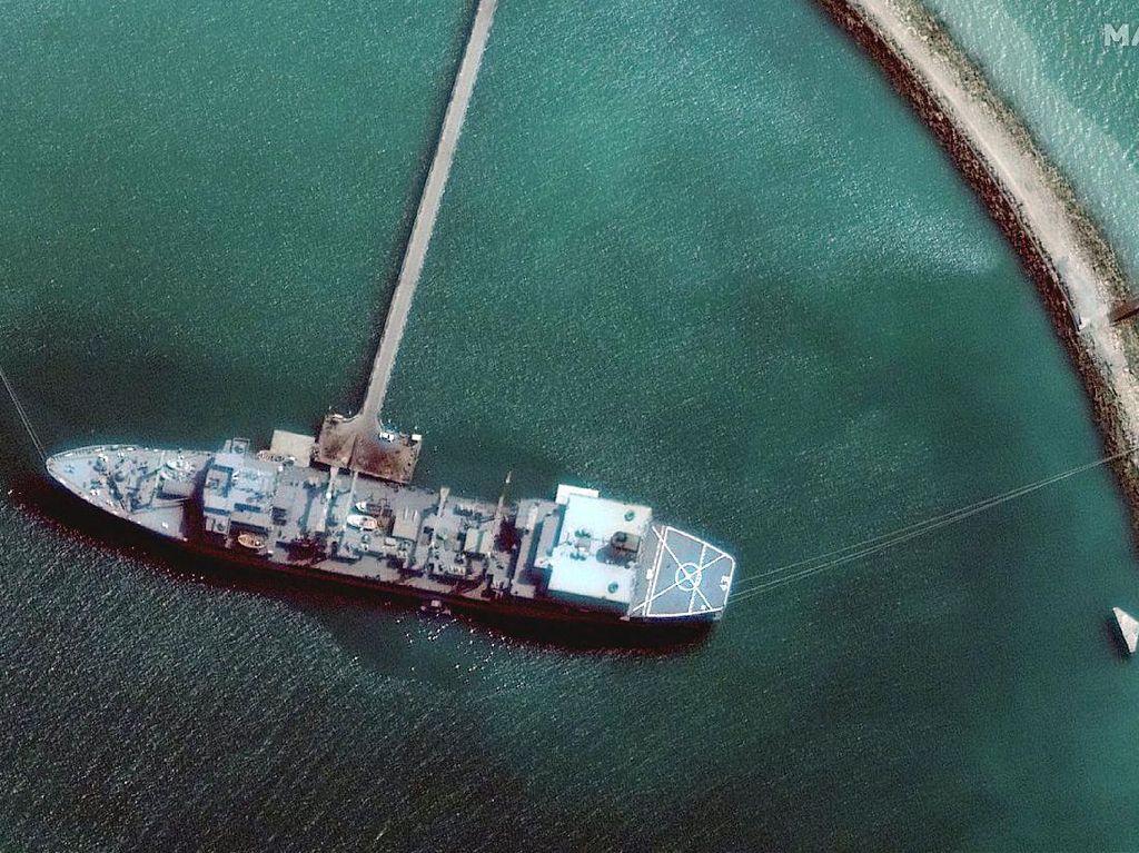 Minyak dari Kapal Iran yang Terbakar Cemari Teluk Oman