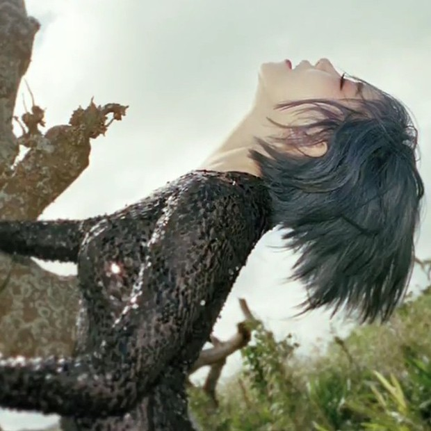 Gain harus mengubah hampir secara keseluruhan gerakan dancenya pada lagu Paradise Lost.