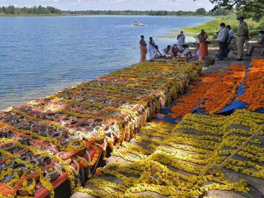 Abu 1.200 Korban Corona di India Ditenggelamkan di Sungai