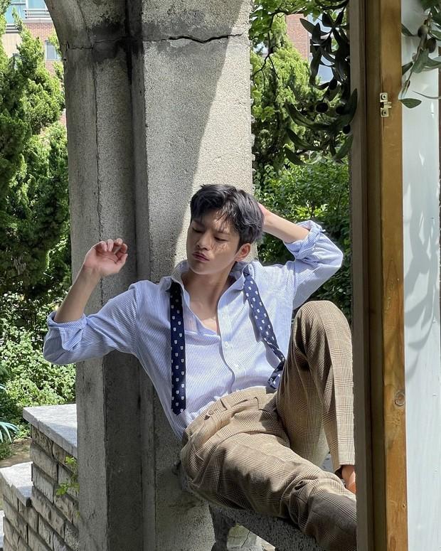 Seo In Guk berpose duduk di atas pembatas teras/instagram.com/seo_cccc