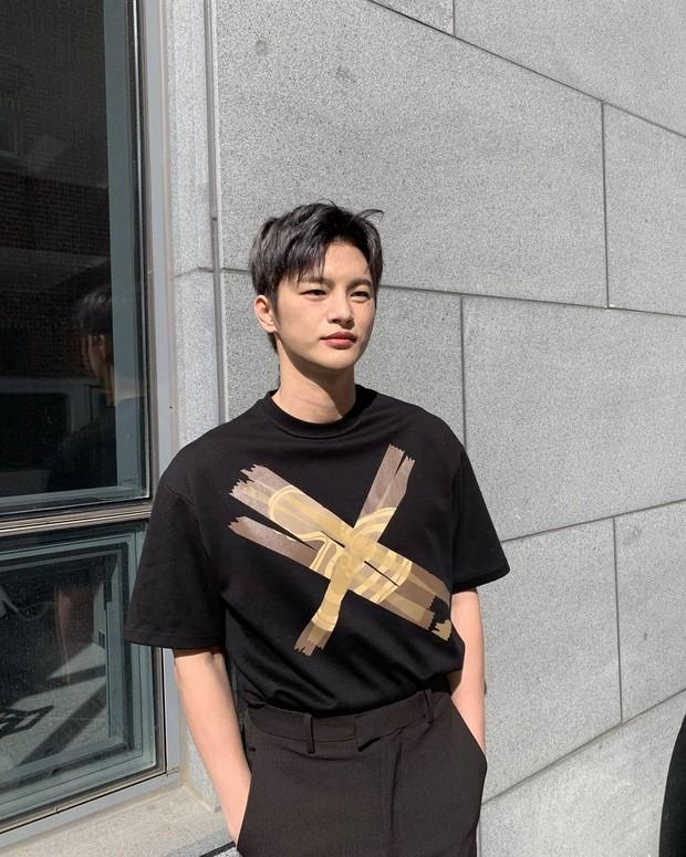 Seo In Guk terlihat tampan dengan tshirt hitam/instagram.com/seo_cccc