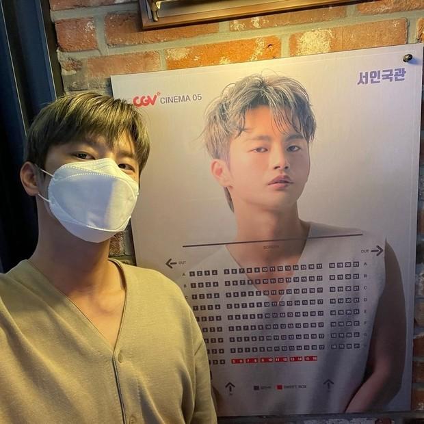 Seo In Guk selfie dengan poster sendiri/instagram.com/seo_cccc