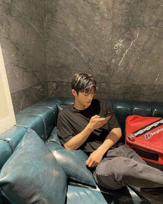Seo In Guk tampak sedang bermain ponsel/instagram.com/seo_cccc
