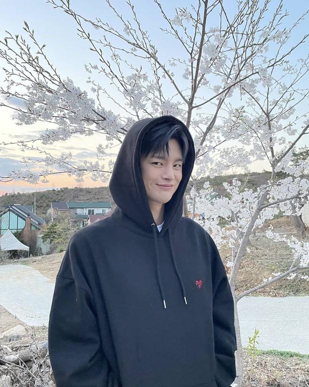 Seo In Guk tersenyum manis memakai hoodie/instagram.com/seo_cccc