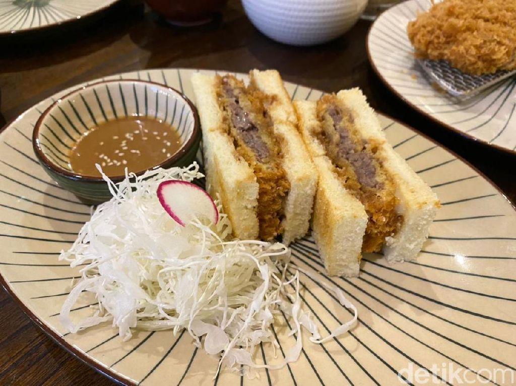 Menikmati Sandwich ala Jepang dengan Isian Beef-Chicken Katsu
