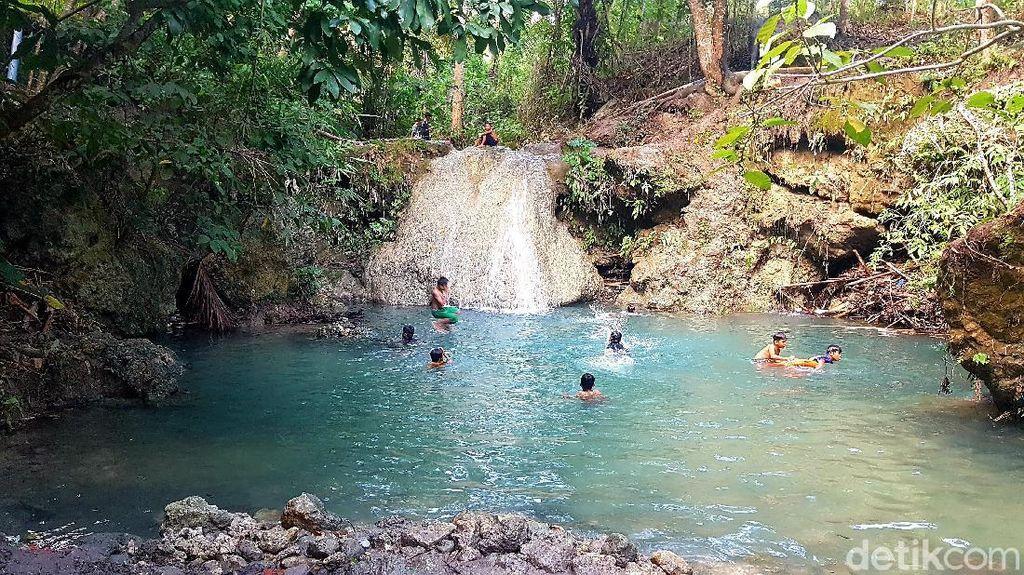 Foto Air Terjun Mini dan Kolam Renang Cantik dari Majene