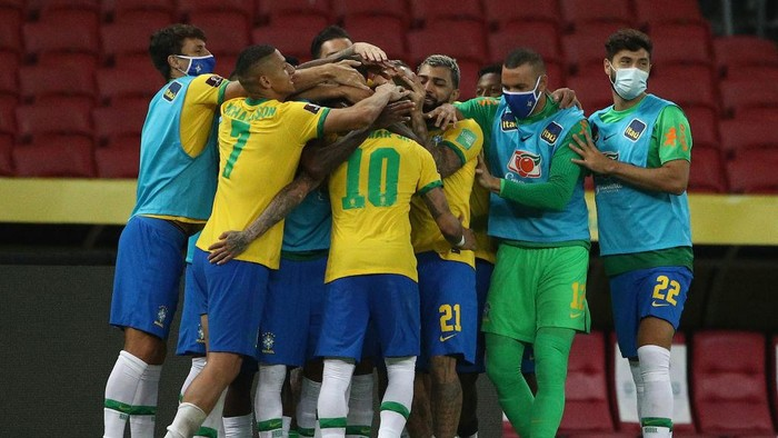 PORTO ALEGRE, BRAZIL - JUNE 04: Neymar Jr. of Brazil celebrates with teammates after scoring the second goal of his team during a match between Brazil and Ecuador as part of South American Qualifiers for Qatar 2022 at Beira-Rio Stadium on June 04, 2021 in Porto Alegre, Brazil. (Photo by Buda Mendes/Getty Images)