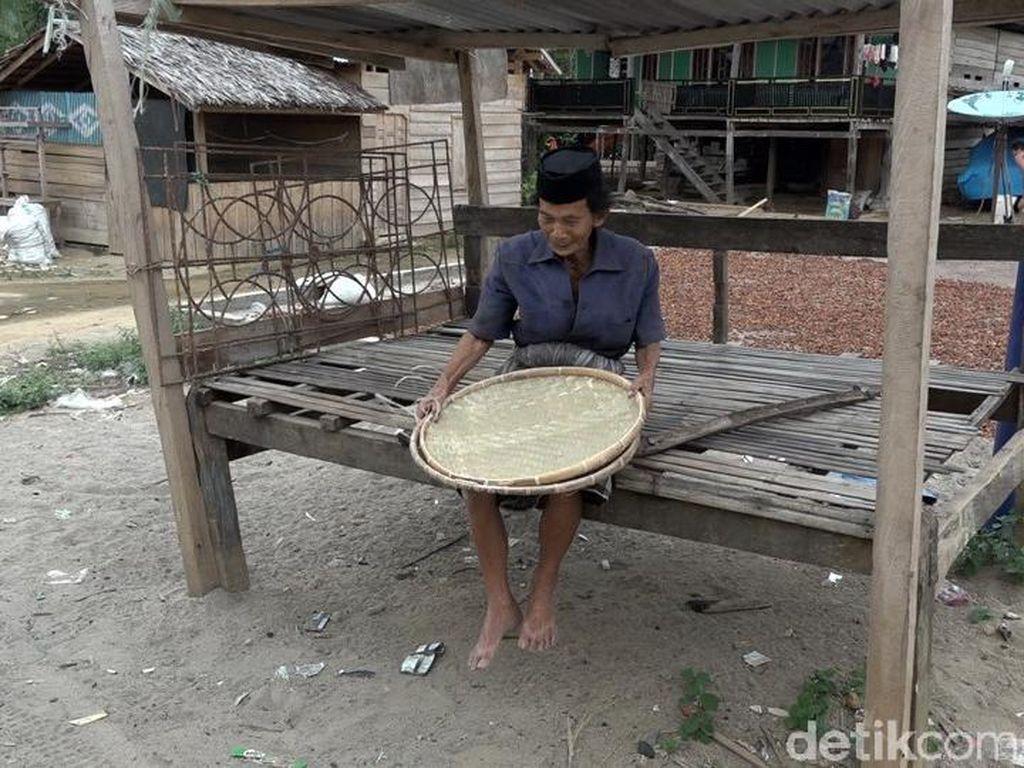 Kisah Kakek Tabelo di Polman Puluhan Kilometer Jalan Kaki Jual Tampah