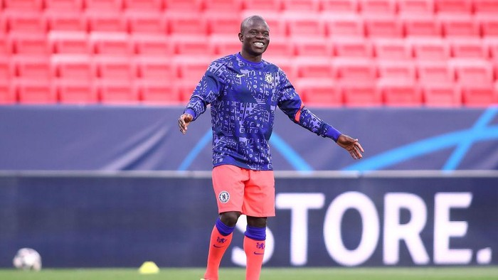SEVILLE, SPAIN - APRIL 07: NGolo Kante of Chelsea FC in action during the warm up prior to the UEFA Champions League Quarter Final match between FC Porto and Chelsea FC at Estadio Ramon Sanchez Pizjuan on April 07, 2021 in Seville, Spain. (Photo by Fran Santiago/Getty Images)