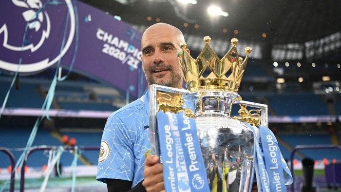 MANCHESTER, ENGLAND - MAY 23: Pep Guardiola, Manager of Manchester City celebrates with the Premier League Trophy as Manchester City are presented with the Trophy as they win the league following the Premier League match between Manchester City and Everton at Etihad Stadium on May 23, 2021 in Manchester, England. A limited number of fans will be allowed into Premier League stadiums as Coronavirus restrictions begin to ease in the UK. (Photo by Michael Regan/Getty Images)