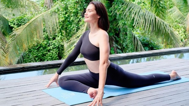 Rima Melati Adams melakukan olahraga yoga/instagram.com/rimamelati