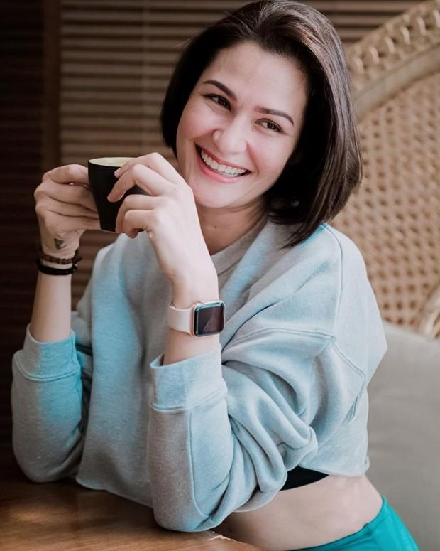 Rima Melati Adams sedang menikmati secangkir minuman/instagram.com/rimamelati