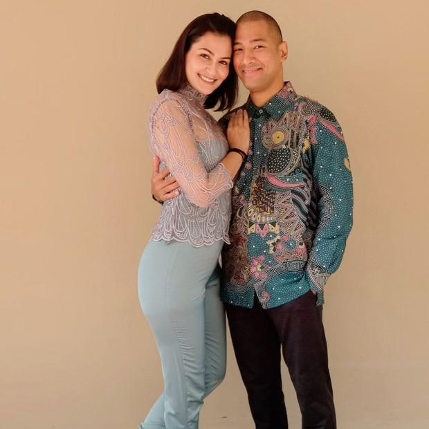 Rima Melati Adams berfoto bersama suami tercinta/instagram.com/rimamelati