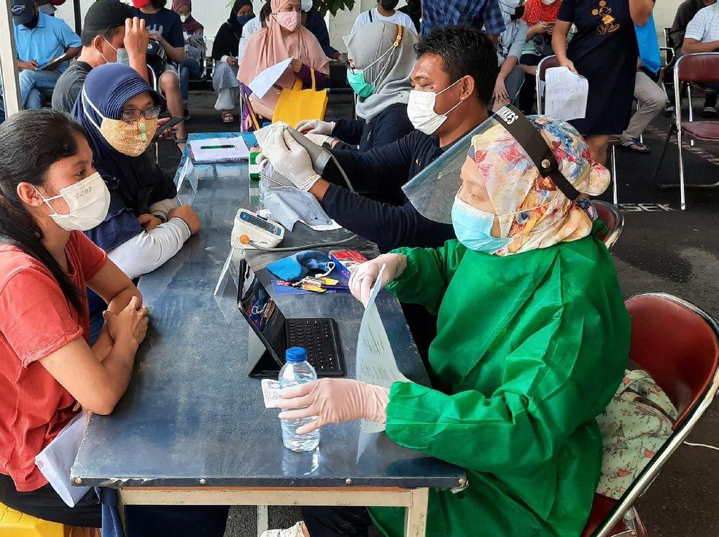Polisi Sasar Warga Permukiman Padat di Pasar Minggu untuk Vaksin Corona