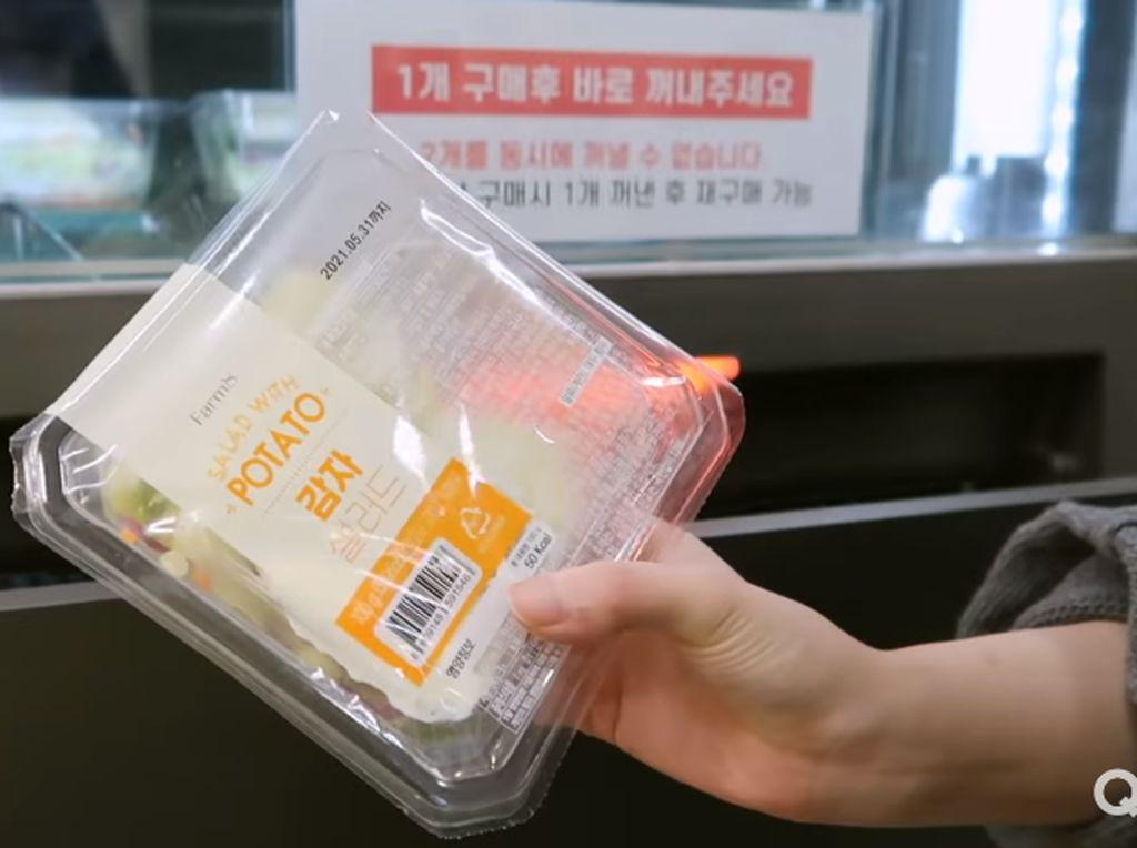 YouTuber Ini Cicip Makanan dari Vending Machine Selama 24 Jam