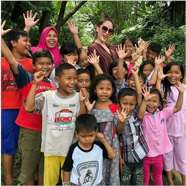 Cinta laura bersama anak-anak yang disekolahkan oleh Yayasan Soekarseno Peduli
