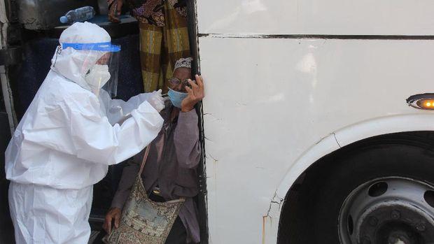 Petugas kesehatan melakukan tes cepat antigen kepada penumpang bus yang akan masuk ke Surabaya di akses keluar Jembatan Suramadu, Surabaya, Jawa Timur, Minggu (6/6/2021). Petugas gabungan melakukan penyekatan di lokasi itu dan melakukan tes cepat antigen bagi warga dari Pulau Madura yang akan masuk ke Surabaya menyusul adanya peningkatan kasus COVID-19 di Madura. ANTARA FOTO/Didik Suhartono/wsj.