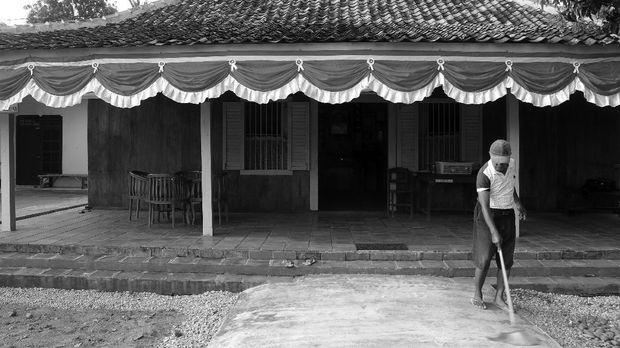 Warga membersihkan halaman perkarangan Rumah Pengasingan Bung Karno dan Bung Hatta, di Rengasdengklok, Karawang, Jawa Barat. ANTARA FOTO/Risky Andrianto