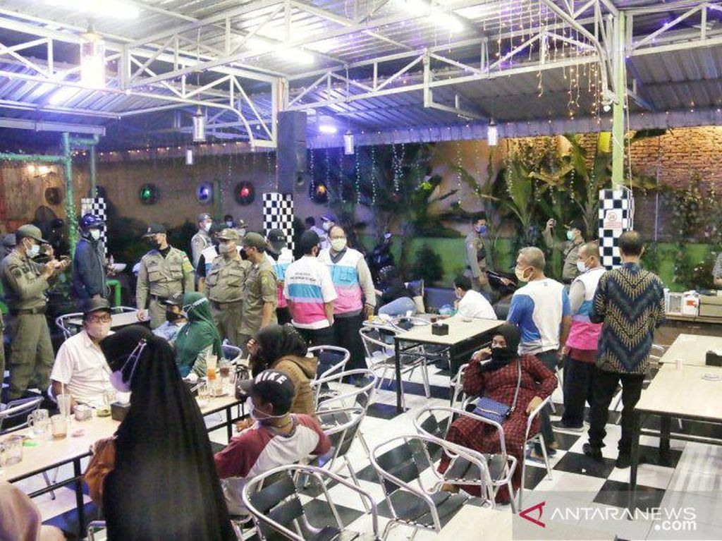 Lebih dari Jam Operasional, Pengunjung Kafe di Medan Dibubarkan Petugas