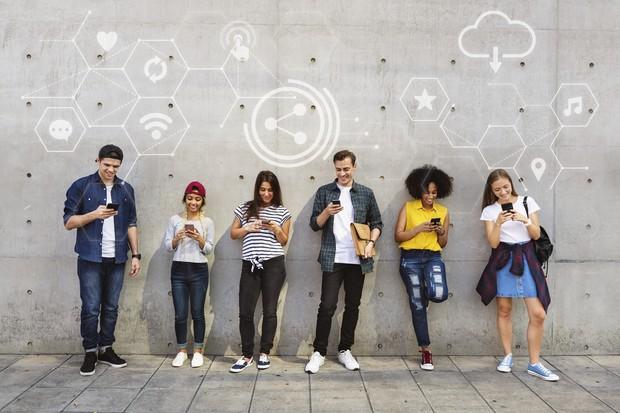 ilustrasi orang-orang yang menggunakan teknologi
