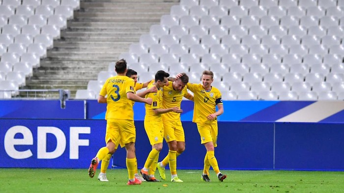 PARIS, FRANCE - MARCH 24: Serhiy Sydorchuk of Ukraine celebrates with Oleksandr Zinchenko and team mates after scoring their sides first goal during the FIFA World Cup 2022 Qatar qualifying match between France and Ukraine on March 24, 2021 in Paris, France. Sporting stadiums around France remain under strict restrictions due to the Coronavirus Pandemic as Government social distancing laws prohibit fans inside venues resulting in games being played behind closed doors. (Photo by Aurelien Meunier/Getty Images)