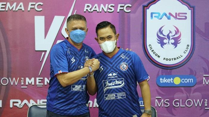 CEO Arema FC, Iwan Budianto (kiri) bersama Presiden Klub Arema FC, Gilang Widya Pramana