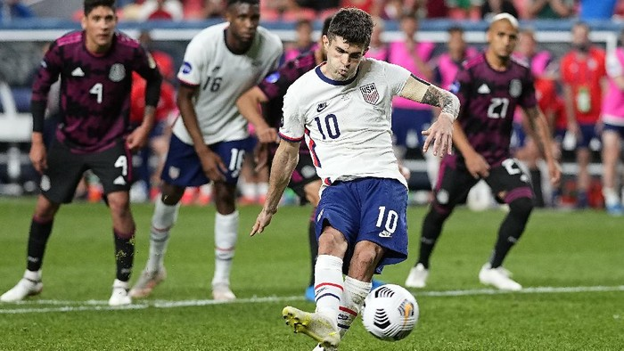 United States Christian Pulisic (10) kicks a penalty kick for a goal against Mexico during extra time in the CONCACAF Nations League championship soccer match, Sunday, June 6, 2021, in Denver. (AP Photo/Jack Dempsey)