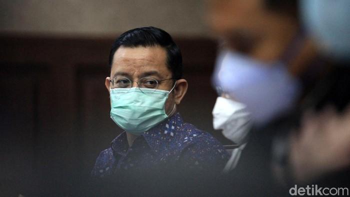 Terdakwa korupsi, mantan Menteri Sosial Juliari Peter Batubara menyimak keterangan saksi Matheus Joko Santoso (MJS) dalam sidang lanjutan di Pengadilan Tipikor di PN Jakarta Pusat, Senin (7/6/2021).