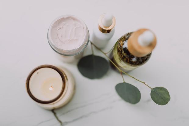 Mengurangi jumlah penggunaan produk skincare.