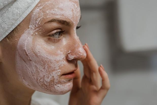 Merawat kulit wajah dengan lembut.