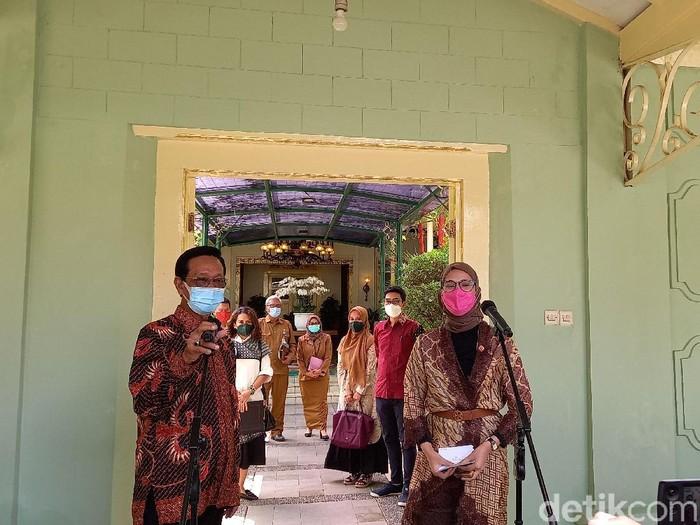 Gubernur DIY Sri Sultan Hamengku Buwono (HB) X dan Stafsus Presiden Bidang Sosial, Angkie Yudistia, di Kepatihan, Yogyakarta, Senin (7/6/2021).