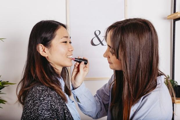 Tak cuma bakteri, kebiasaan berbagi alat make up dapat merusak alat itu sendiri lho.