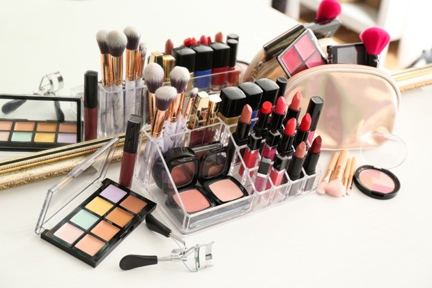 Jangan menumpuk alat make up dengan barang yang berat.